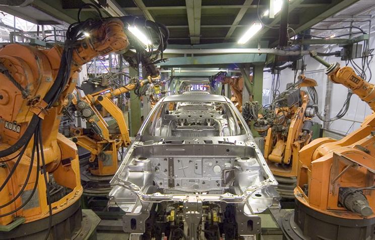 """Промышленные роботы фирмы KUKA. Первый ряд - IR161/60 (слева со сварочными клещами, справа - без рабочей оснастки). Второй ряд - IR601/60, произведенные по лицензии на """"АвтоВАЗ"""""""