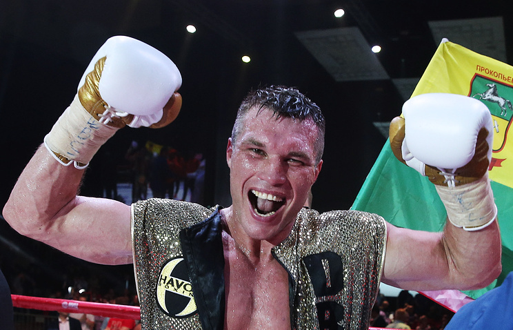 Российский боксер Григорий Дрозд после победы в поединке против польского боксера Лукаша Яника за титул чемпиона мира по версии WBC в перво