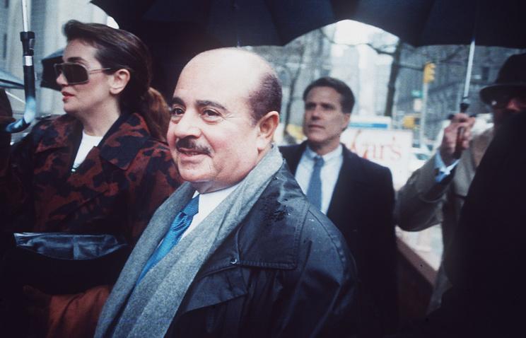 Аднан Хашогги возле федерального суда Манхэттена, Нью-Йорк, 4 апреля 1990 года