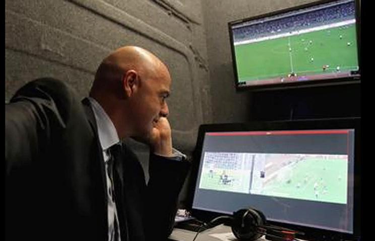 Президент ФИФА Джанни Инфантино во время просмотра видеоповтора