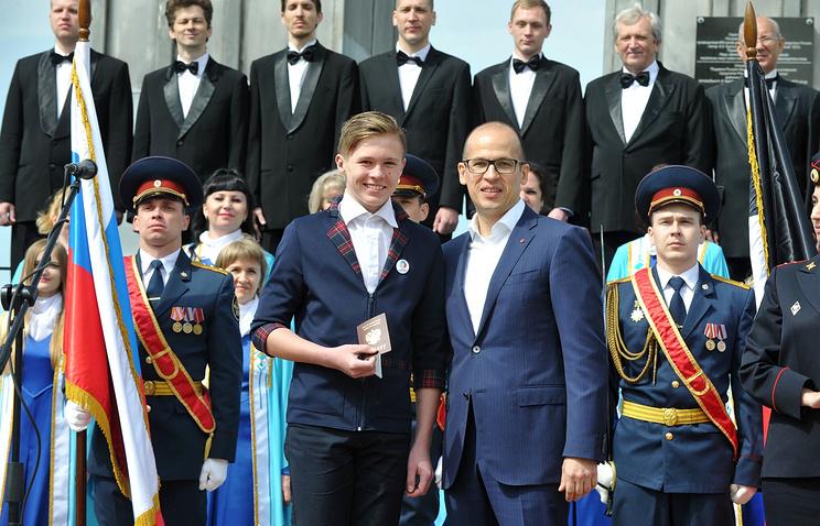 Врио главы Удмуртии Александр Бречалов во время вручения паспортов юным жителям республики
