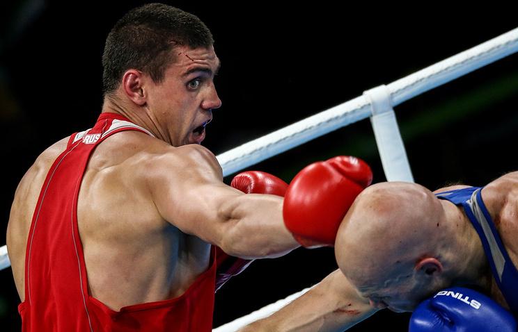 Российский боксер Евгений Тищенко (слева) в финале соревнований по боксу среди мужчин в весовой категории до 91 кг на XXXI летних Олимпийских играх