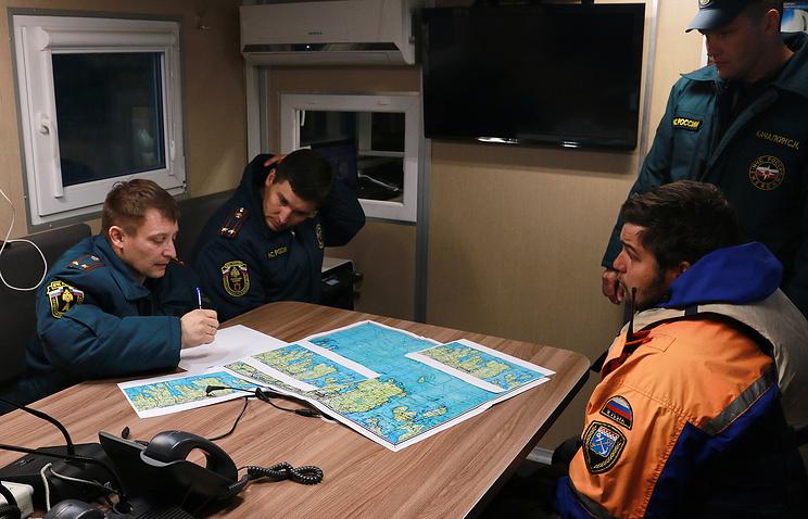 В подвижном пункте управления ГУ МЧС России по Республике Карелия во время поисково-спасательных работ на Ладожском озере
