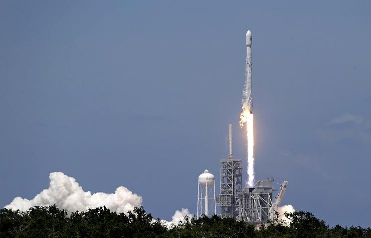 Запуск ракеты Falcon 9 соспутником Intelsat отложили потехническим причинам