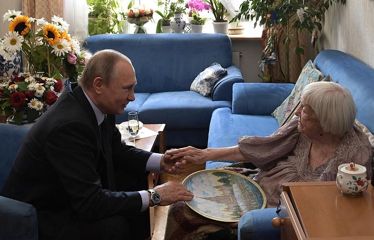 Президент РФ Владимир Путин и правозащитница Людмила Алексеева