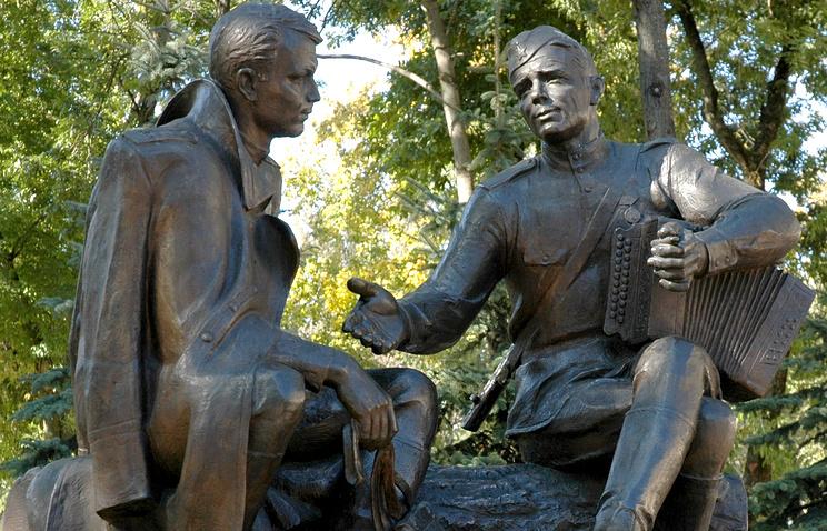 Памятник Александру Твардовскому и Василию Теркину в Смоленске