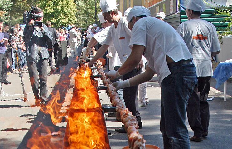 Гастрономический рекорд. ВКБР приготовят шашлык длиной 210 метров