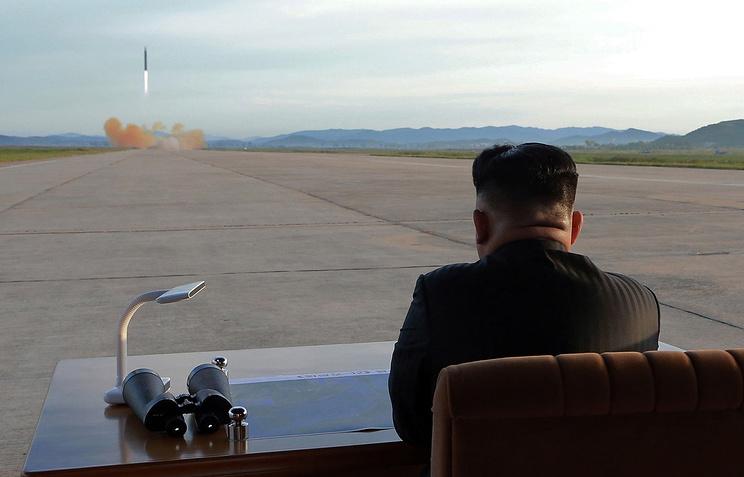 Лидер КНДР Ким Чен Ын наблюдает за пуском баллистической ракеты, 16 сентября, 2017 год