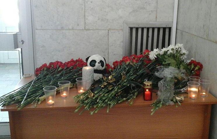 Цветы в память о погибших в аэропорту Орска