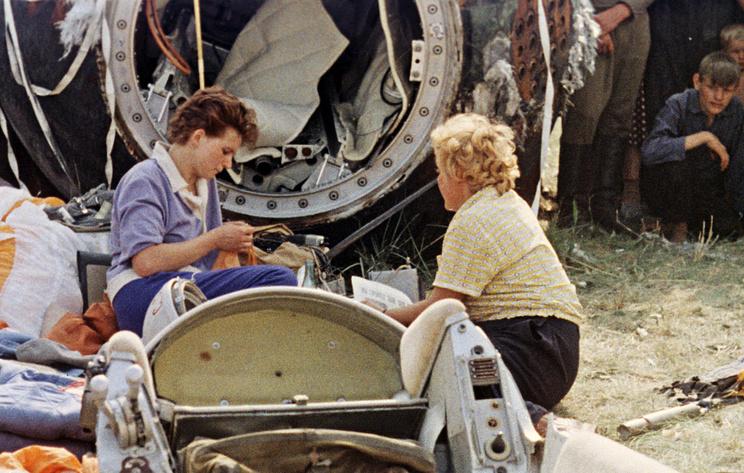 Валентина Терешкова (слева) после приземления, 1963 год