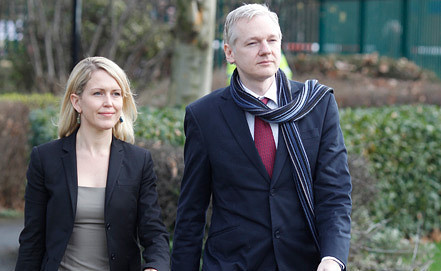 Джулиан Ассанж с адвокатом Дженифер Робинсон. Фото EPA/ИТАР-ТАСС