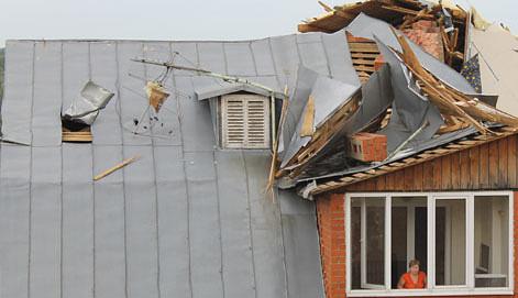 Ликвидация последствий сильного ветра в Ефремове. Фото ИТАР-ТАСС/ Сергей Стариков