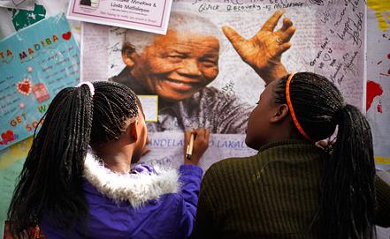 Жители ЮАР оставляют пожелания о выздоровлении Нельсону Манделе. Фото ЕРА/ИТАР-ТАСС