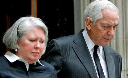 Энтони Маршалл с супругой на похоронах матери. 2007 год. Фото ЕРА/ИТАР-ТАСС