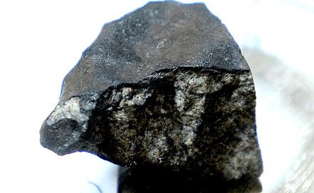 Исследование фрагмента метеорита в Институте геохимии и аналитической химии им. Вернадского. Фото ИТАР-ТАСС