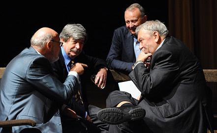 Президент РАН Владимир Фортов (справа) в кругу академиков. Фото из архива ИТАР-ТАСС