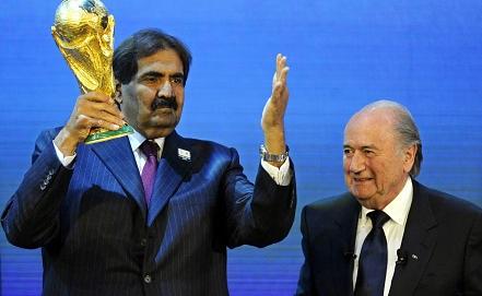 Эмир Катара Хамад бин Халифа Аль Тани /слева/ и президент ФИФА Йозеф Блаттер