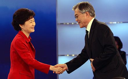 Пак Кын Хе и Мун Чжэ Ин. Фото EPA/ИТАР-ТАСС