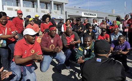 Забастовка работников завода Volkswagen в ЮАР. Фото EPA/ИТАР-ТАСС