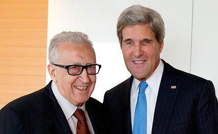 Лахдар Брахими и Джон Керри. Фото EPA/JEAN-MARC FERRE