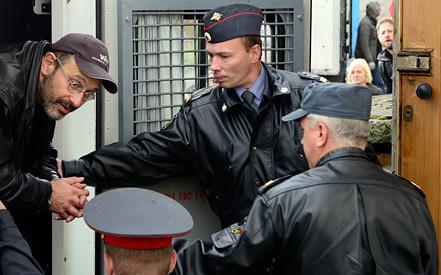 Активист Greenpeace Дмитрий Литвинов (слева). Фото ИТАР-ТАСС/ Лев Федосеев