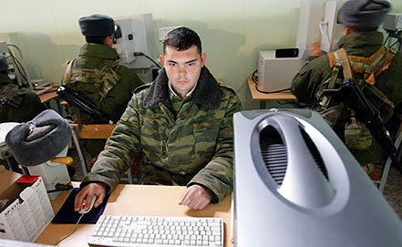 Военнослужащие  во время занятий на компьютерных тренажерах. Фото ИТАР-ТАСС/ Валерий Матыцин
