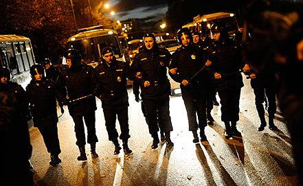 Полицейское оцепление во время беспорядков в районе Бирюлево. Фото ИТАР-ТАСС/ Сергей Бобылев