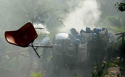 Полиция Италии задерживает участников протеста против строительства железнодорожной ветки Турин-Лион. Фото AP Photo/Fabio Ferrari, LaPresse