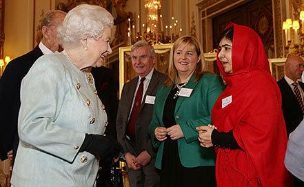 Встреча королевы Елизаветы II с правозащитницей Малалой Юсуфзаи. Фото AP Photo/Yui Mok, Pool