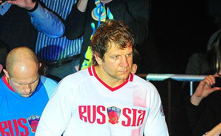 Александр Емельяненко (в центре). Фото ИТАР-ТАСС/ Руслан Шамуков