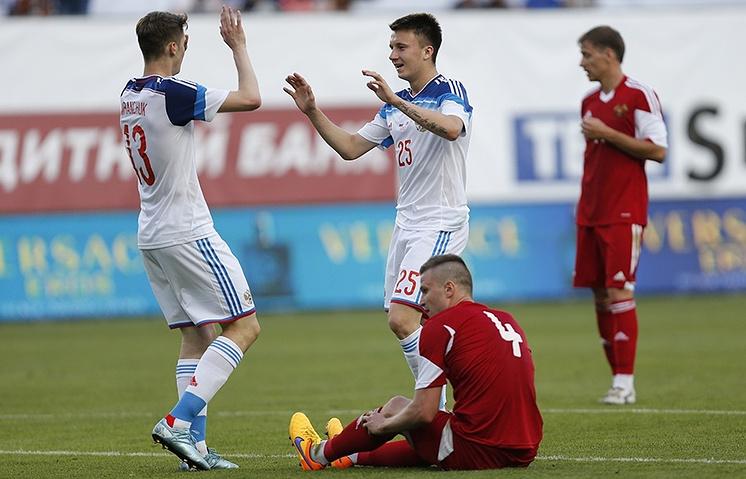 Футболисты сборной России Алексей Миранчук и Александр Головин (слева направо)