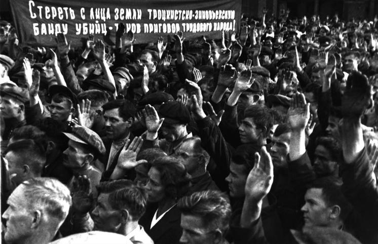 """Голосование рабочих московского завода """"Динамо"""" на общем собрании по делу троцкистов, 1936 год"""
