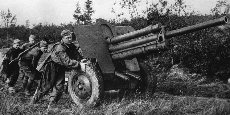 Артиллеристы на исходных позициях в боях под Ржевом в 1942 году