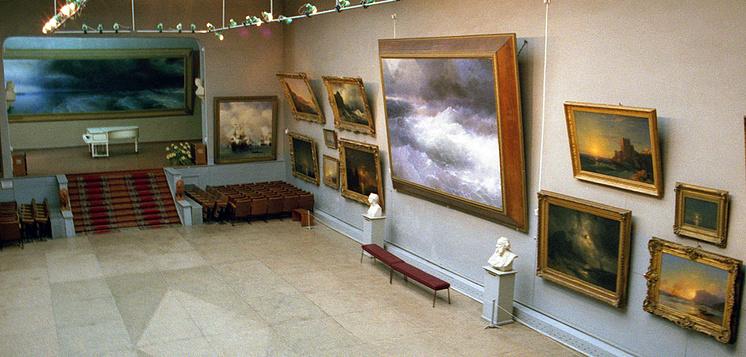 Главный зал в картинной галерее имени И.К. Айвазовского