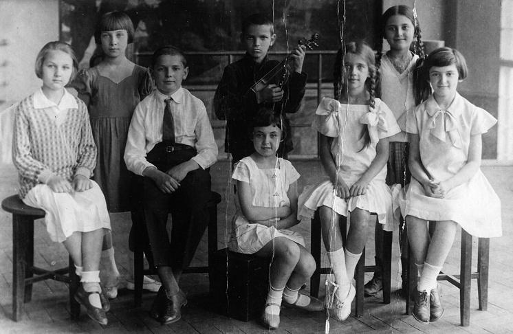 Юный Юра Кнорозов со скрипкой во время детского фестиваля в Харькове в 1932 году
