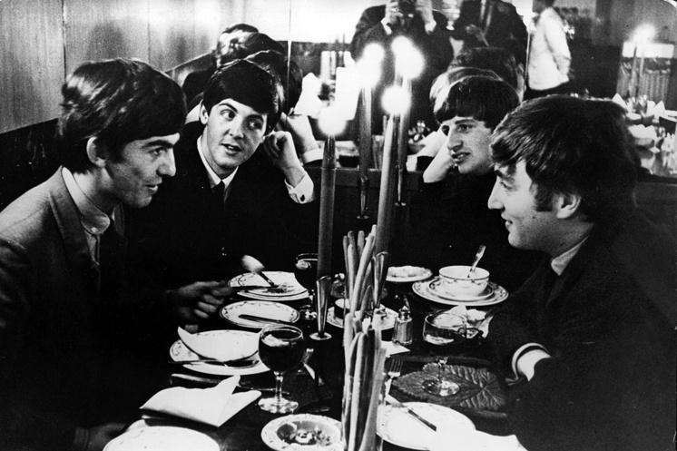 The Beatles во время встречи перед выступлением в телевизионной музыкальной программе, 1963 год